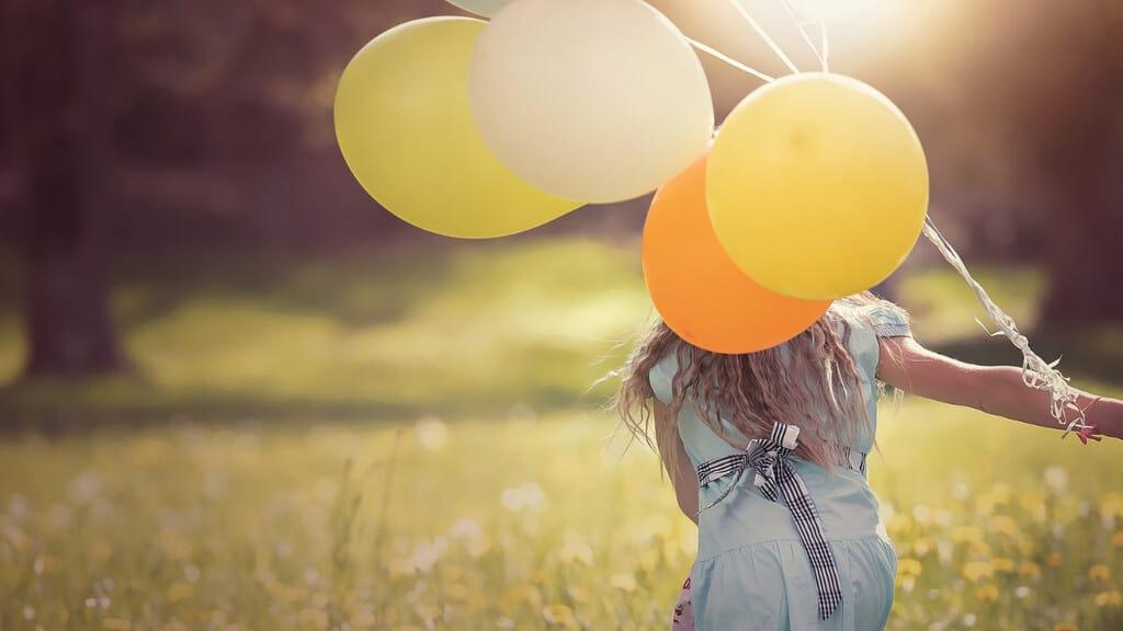 Una ragazza che regge alcuni palloncini