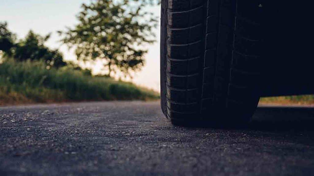 ruota di un'auto su strada