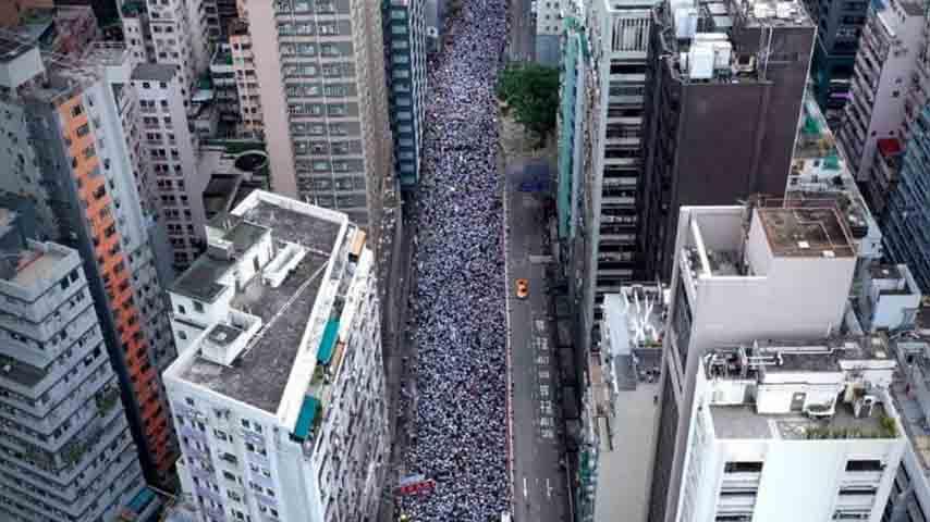 strada di Hong Kong invasa dalla folla