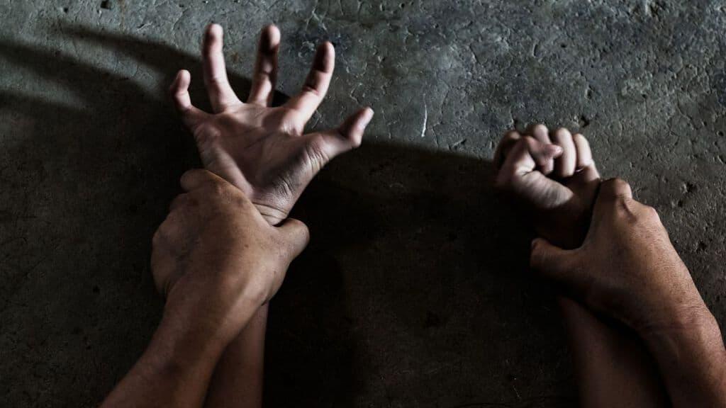 mani di donna afferrate da delle mani di uomo