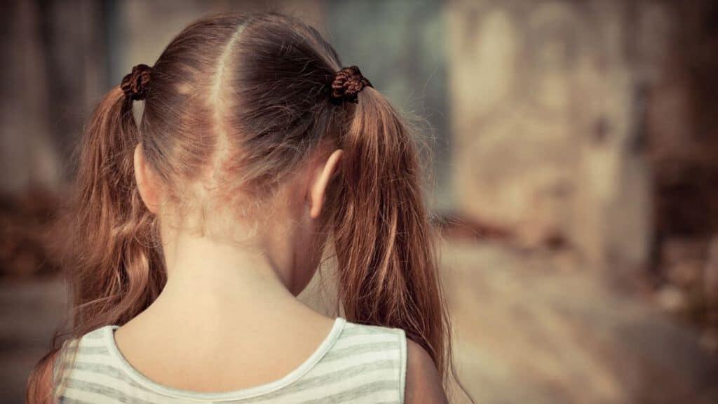 testa di una bimba di spalle con i codini