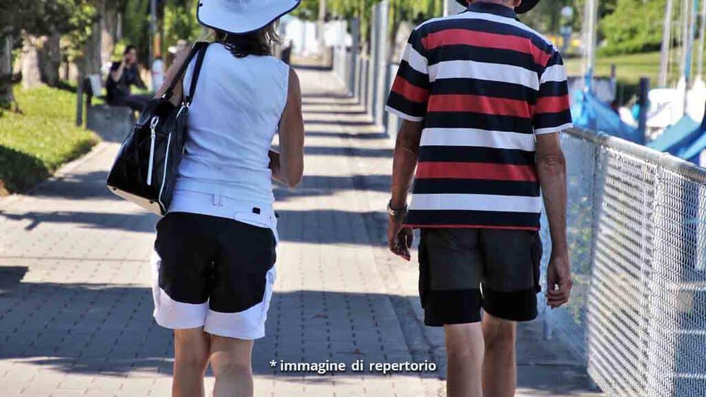 uomo e donna che camminano