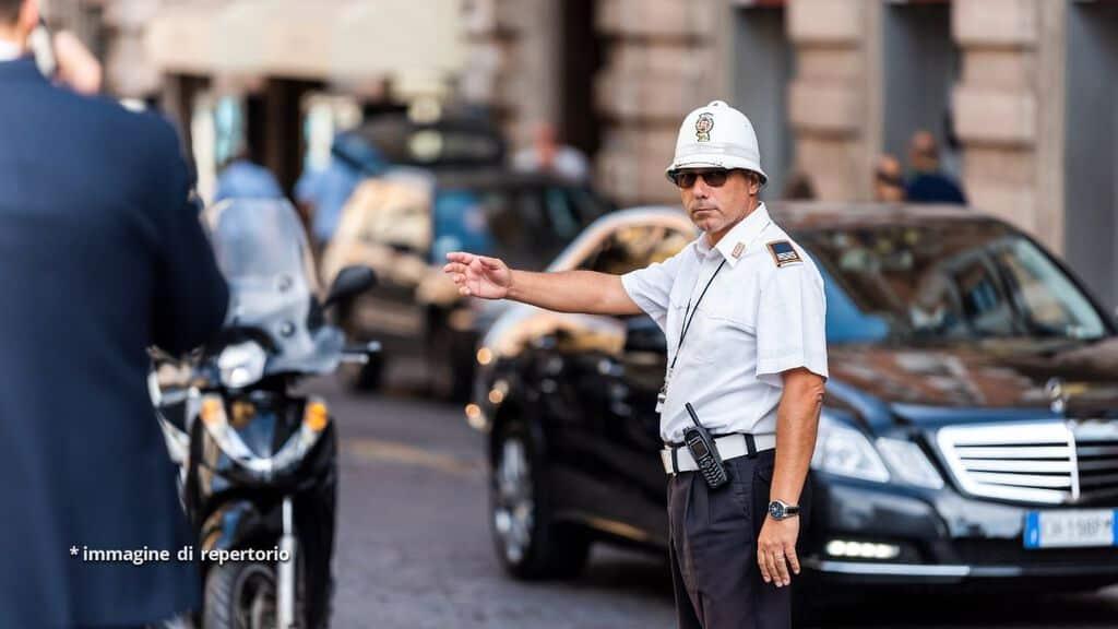 vigile urbano in strada