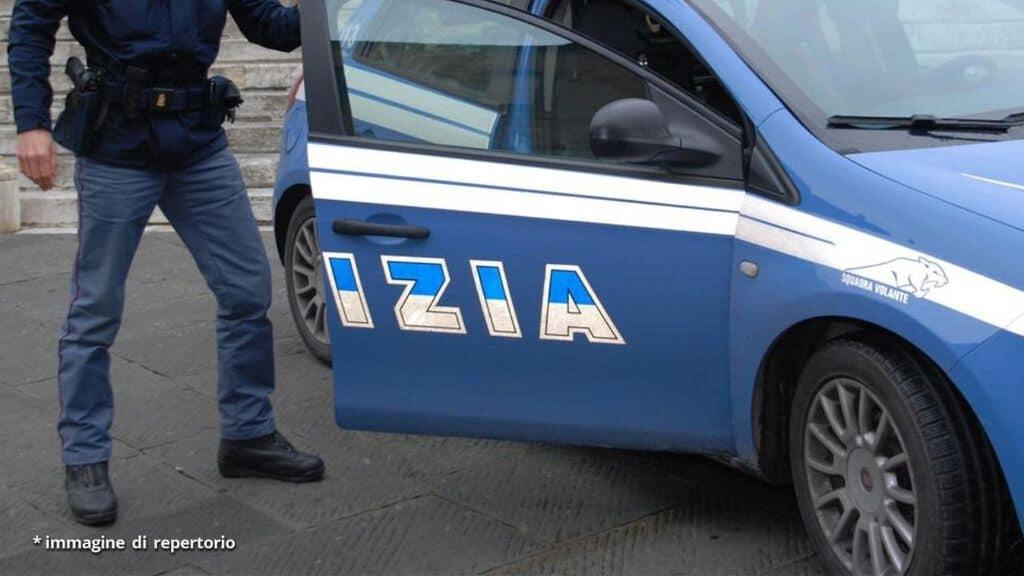 volante della polizia e agente