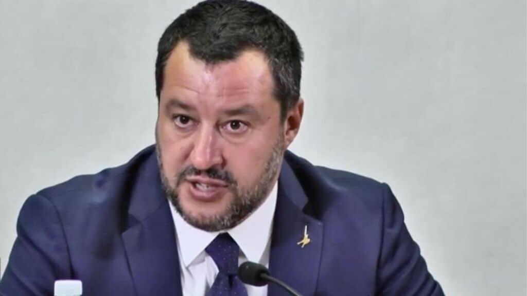Matteo Salvini conferenza stampa su rifiuti