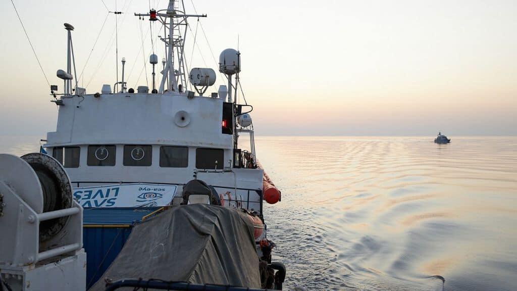 la nave alan kurdi in mare aperto