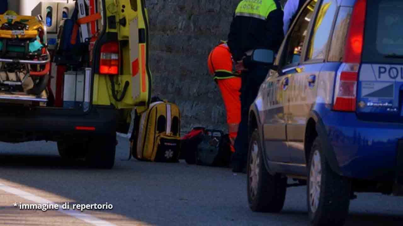 ambulanza, soccorritori e polizia
