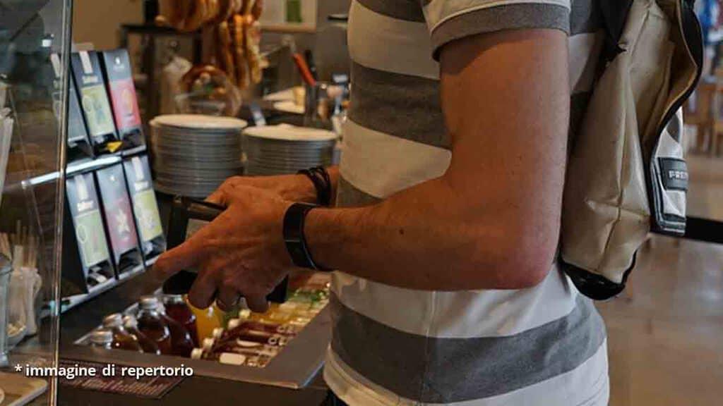 braccia di un uomo al ristorante