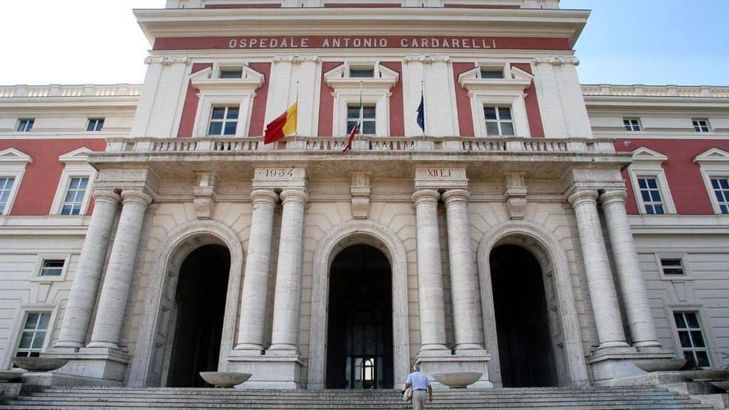 facciata principale dell'ingresso dell'ospedale cardarelli di napoli