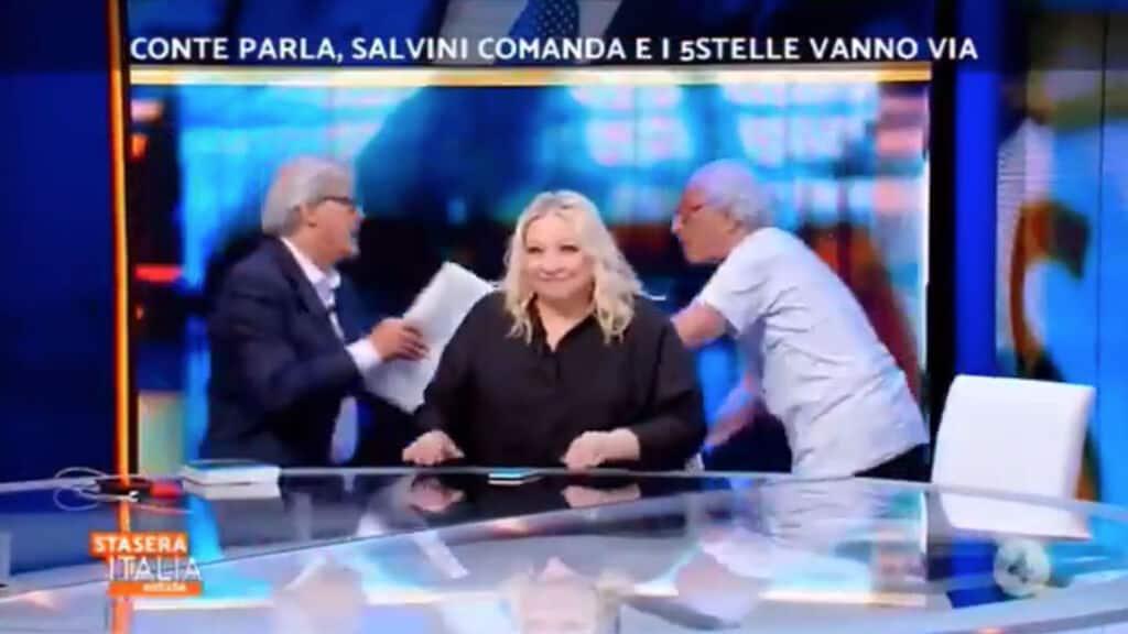 Giampiero Mughini e Vittorio Sgarbi con la sedia in mano