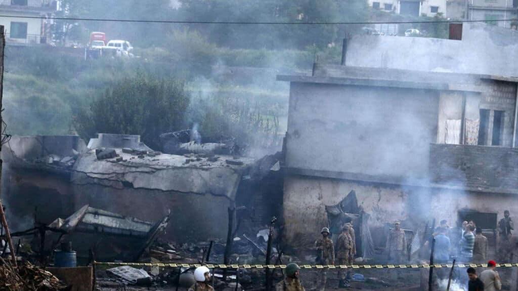 Pakistan, cade aereo militare: 17 morti