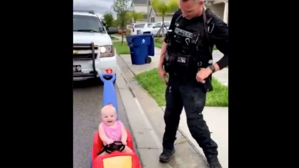 papà poliziotto ferma figlia in macchinina a pedali