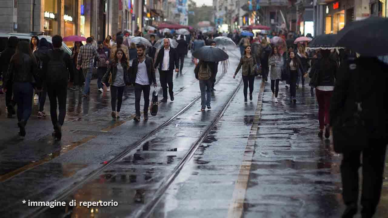 persone in strada sotto la pioggia