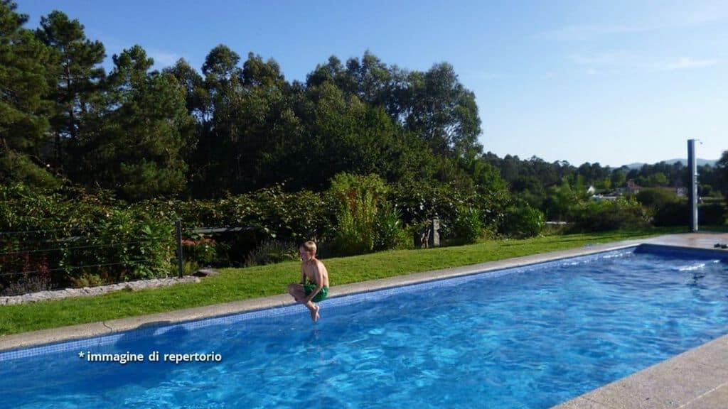 bimbo che si tuffa in piscina