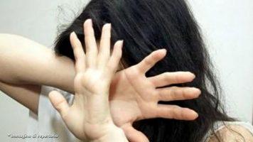 donna che tende le mani in avanti nell'atto di difendersi