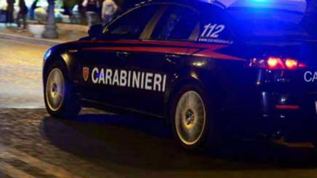 volante carabinieri in strada di notte con lampeggiante acceso