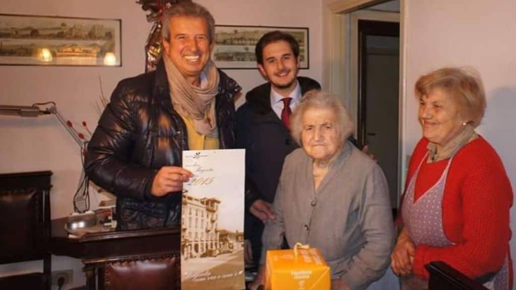 Albina Scotti, la figlia Giuditta Rolla, il vice sindaco dell'epoca e il presidente della Pro Loco di Magenta