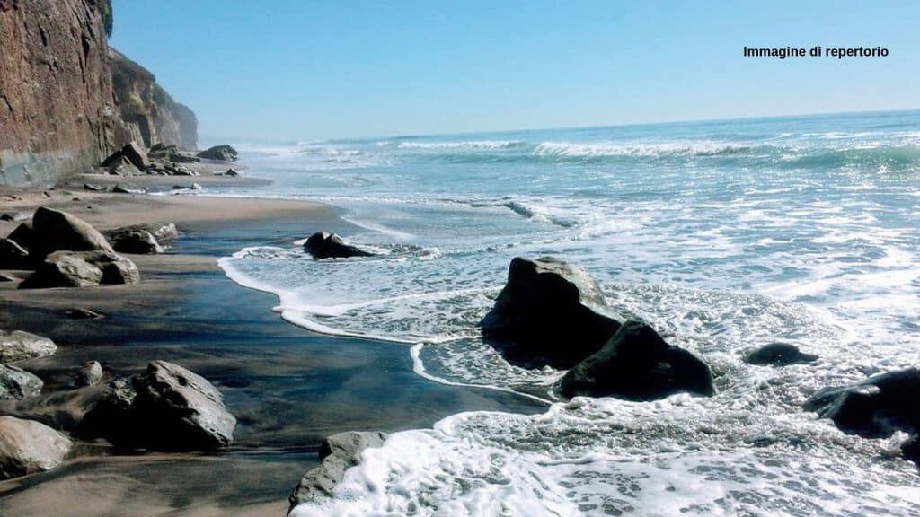 Crolla una scogliera in California, 3 morti e altri feriti sulla spiaggia (Immagine di repertorio)
