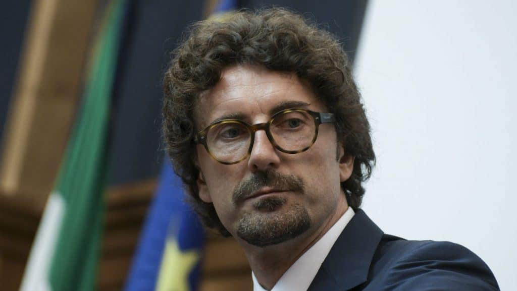 """Danilo Toninelli, tensione al bar con dei contestatori: """"Siete in 10 ad aggredirmi"""""""