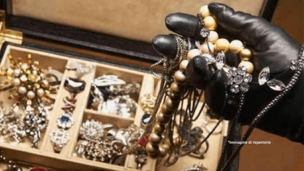 Si finge principessa ruba gioielli Immagine di repertorio