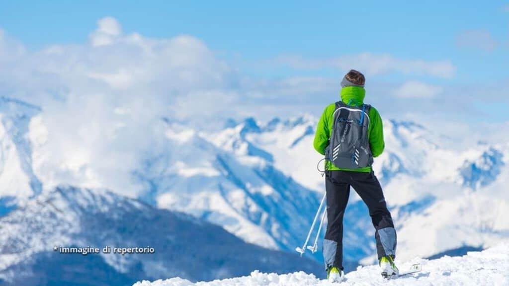 alpinista in cima alla montagna