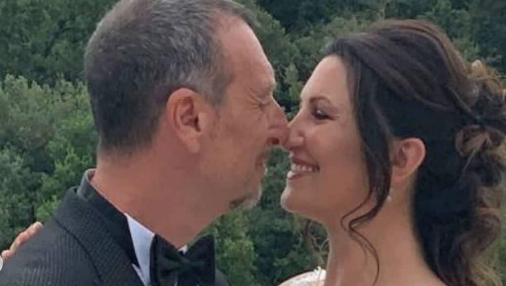 Giovanna Civitillo e Amadeus che si baciano