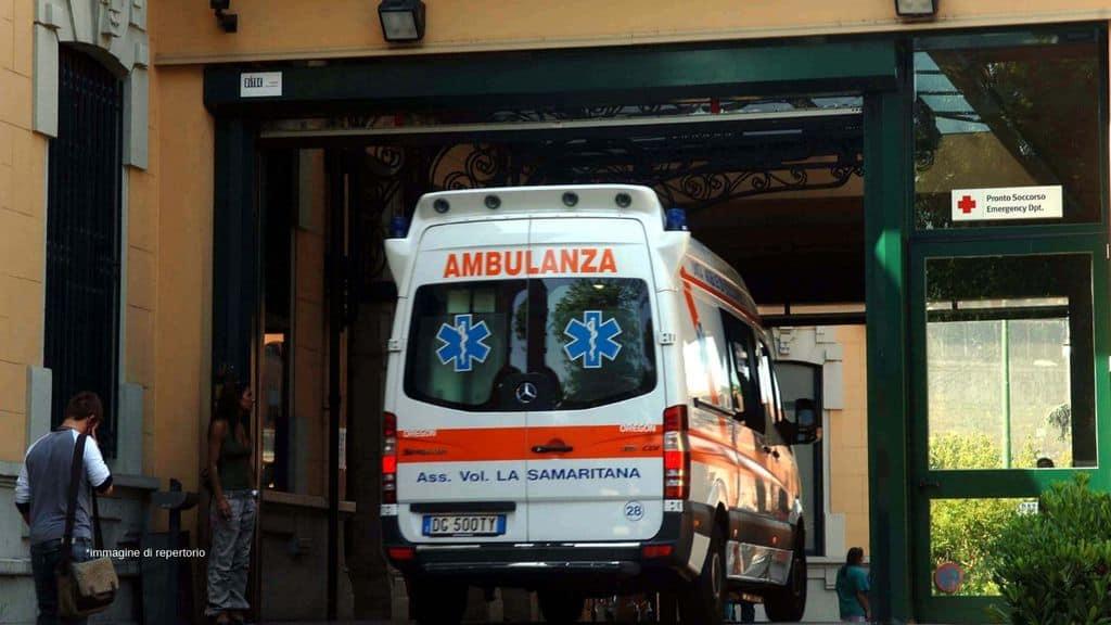 un'ambulanza fuori dal pronto soccorso