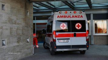 un'ambulanza che entra in pronto soccorso