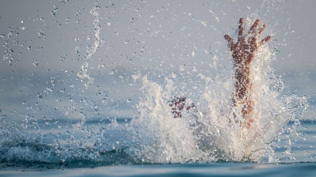 mano di uomo mentre annega