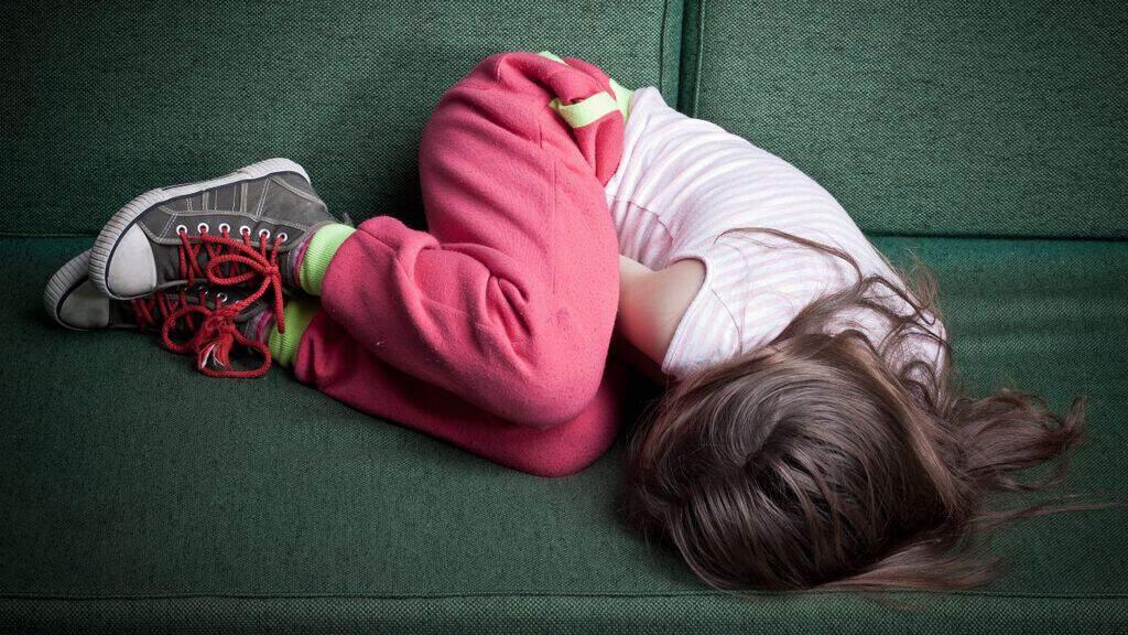 una bambina su un divano
