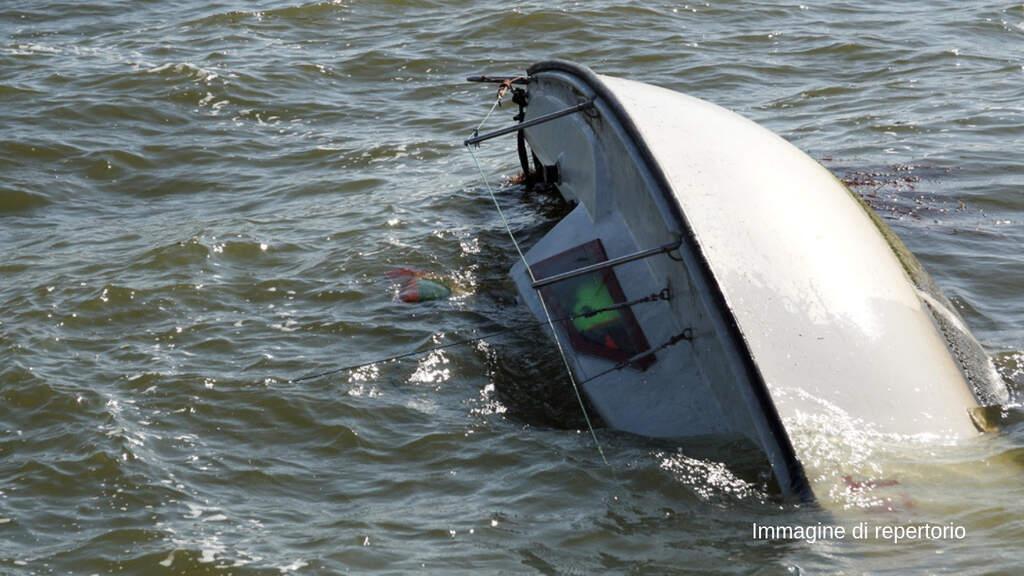 La Manica, barca si rovescia al largo: 3 bimbi morti