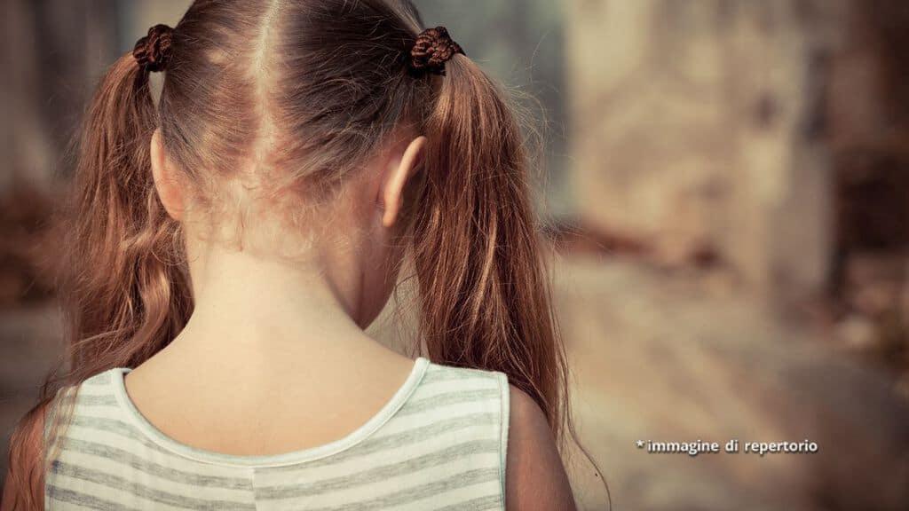 bambina girata di spalle