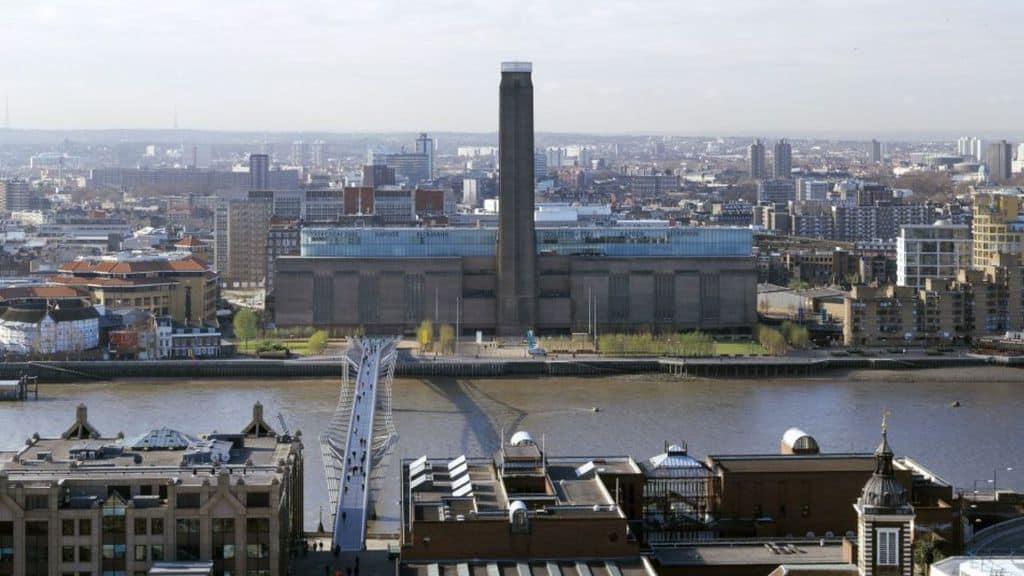 Bimbo precipita dalla balconata della Tate Modern: arrestato un adolescente