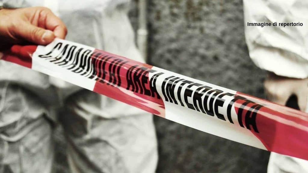 Cinzia Fusi, 34 anni, trovata in coma fra le braccia del compagno 52enne, arrestato immediatamente. La donna è deceduta poco dopo. Ennesimo femminicidio italiano