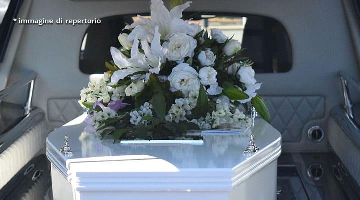 fiori su bara bianca