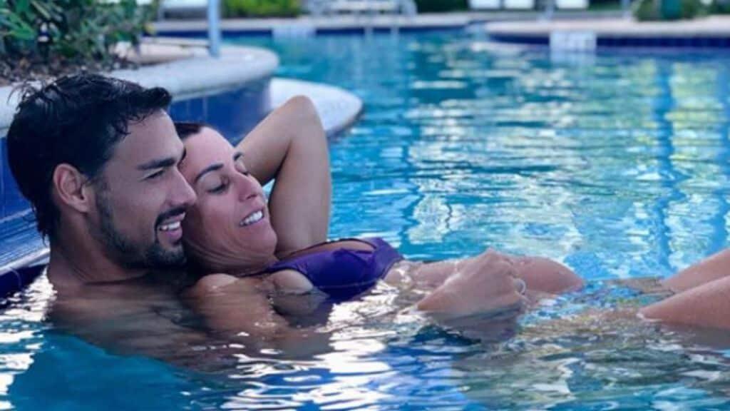fabrio fognini e flavia pennetta abbracciati in piscina