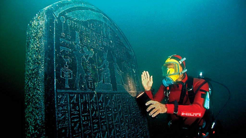 Franck Goddio con una stele risalente al 378-362 AC