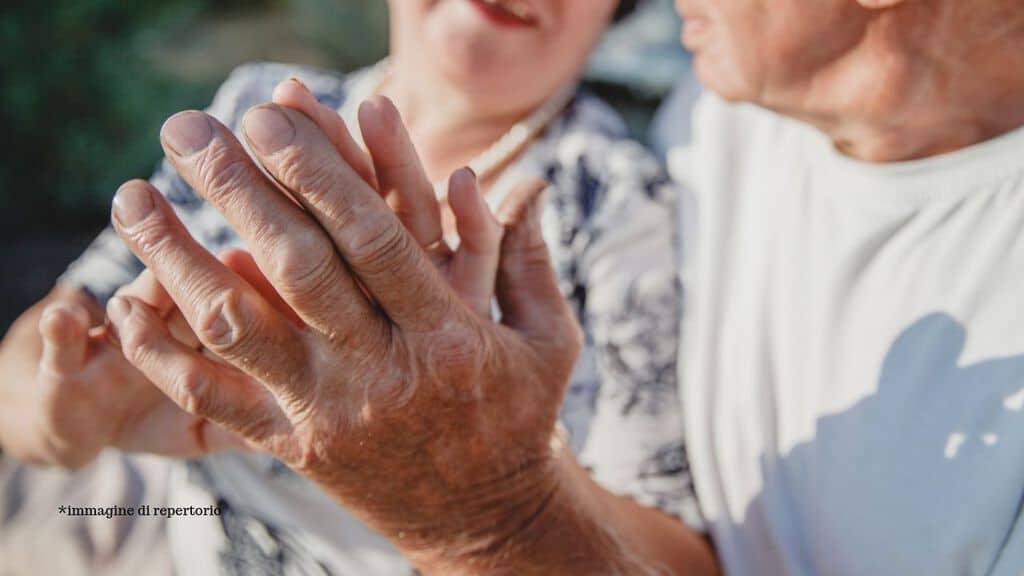 mani di due anziani innamorati