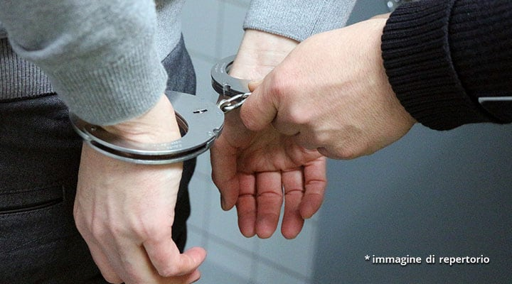 mani di un uomo arrestato e di poliziotto