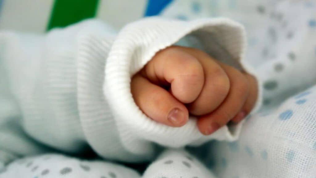 mano di una neonata