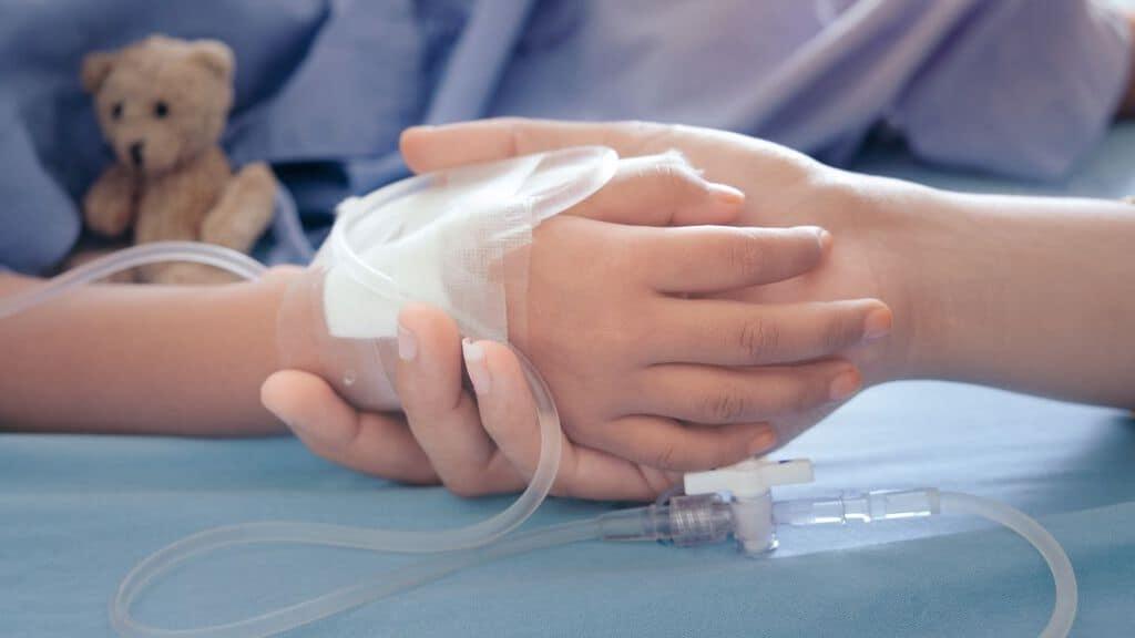 mano di una bambina malata in ospedale