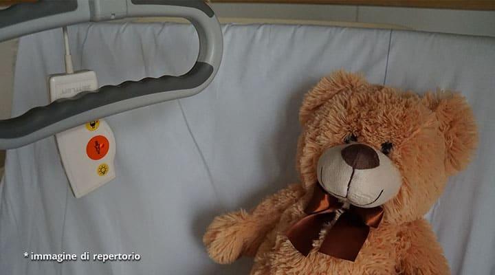 peluche su letto di ospedale