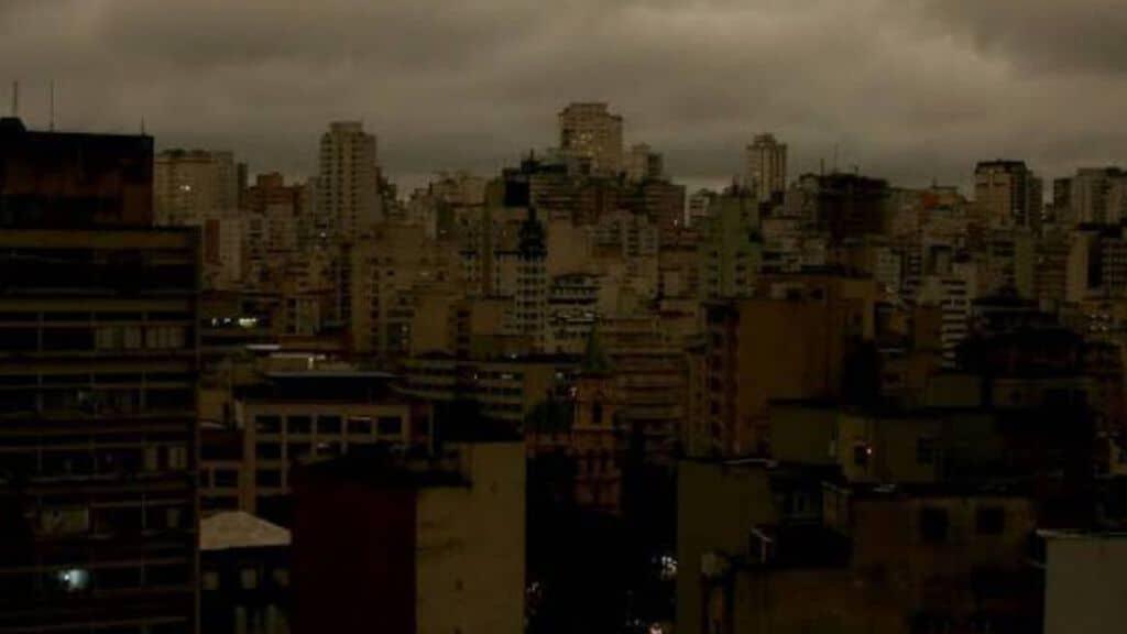 città di san paolo nella coltre di fumo