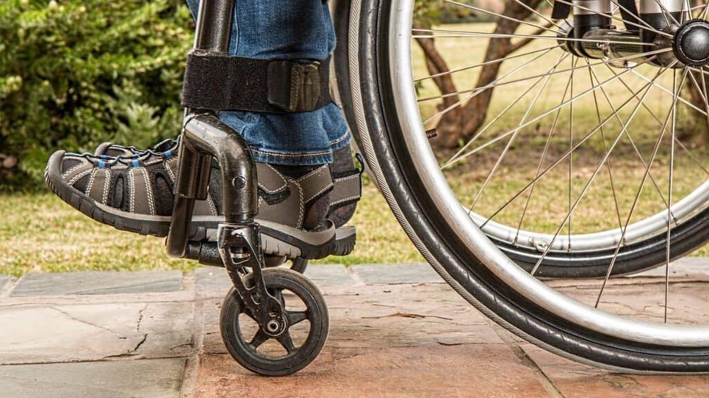 gambe di una persona in sedia a rotelle