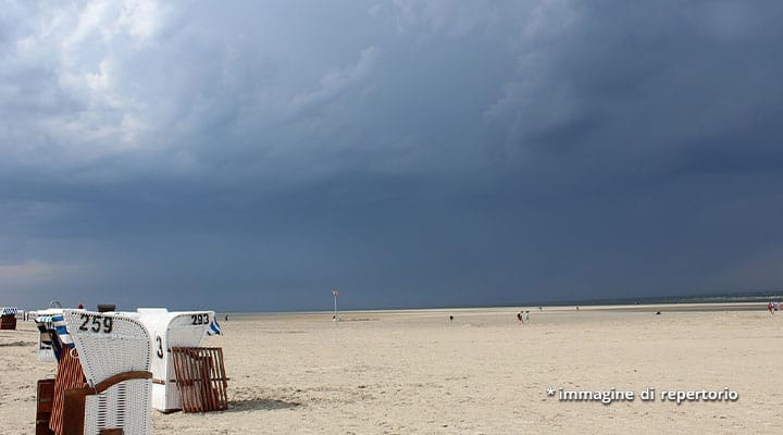 spiaggia sotto il cielo nuvoloso