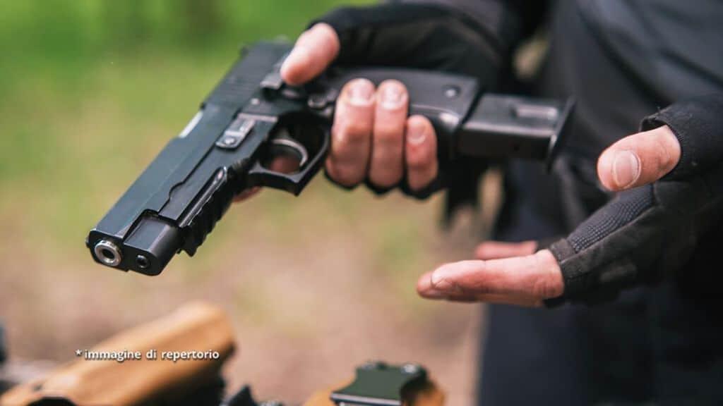 uomo armato di pistola