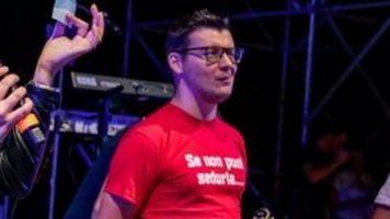 """Il vicesindaco di FdI di un paese nel veronese sfoggia una maglietta sessista sul palco. Immediata la condanna del web: """"è orribile, è incitamento allo stupro, si dimetta"""""""