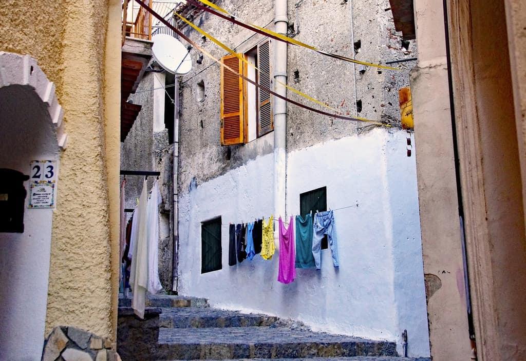 panni stesi da una facciata di un vicolo di roma