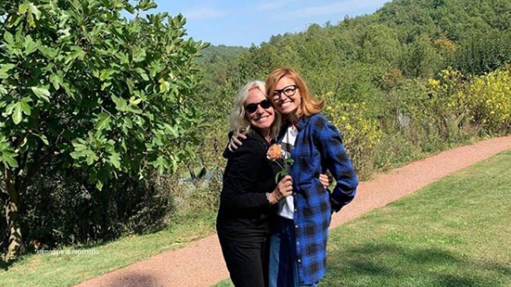 Antonella Clerici e Carlotta Mantovan abbracciate ad Arquata Scrivia