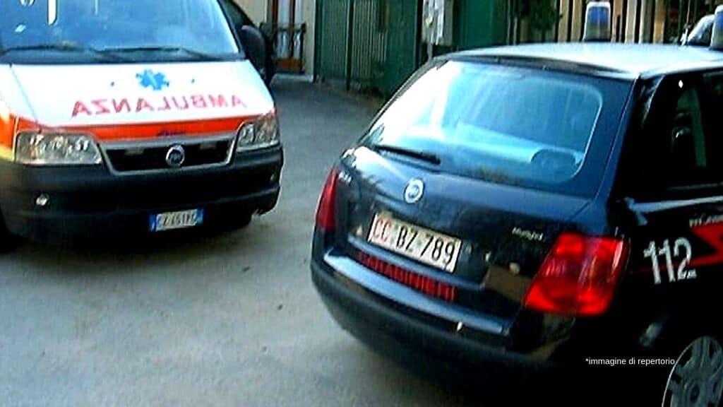 un'ambulanza e una volante dei carabinieri